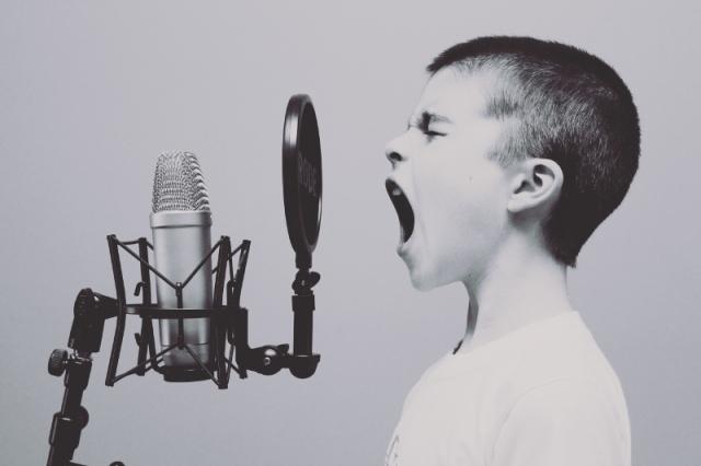 boy-screamin-microphone